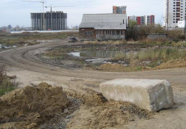 блоки и песок, которыми пытались перегородить дорогу