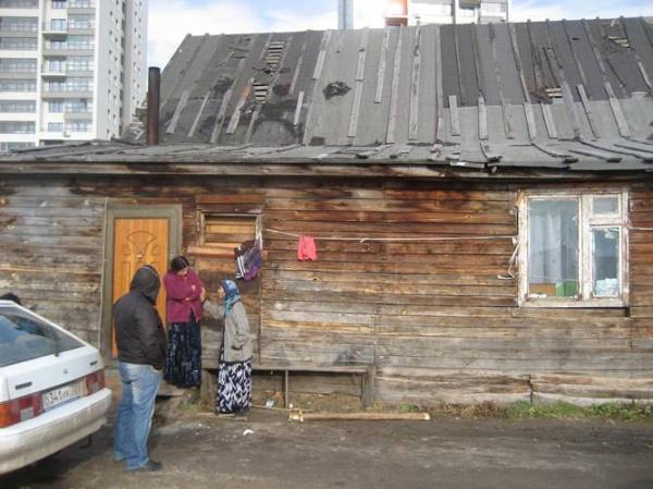 првый дом. У этой старушки - на фото с семье Михай - дом снесли в 4 часа утра...