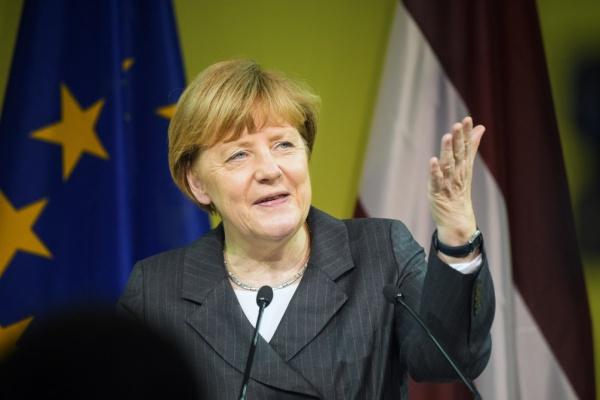 Ангела-Меркель-была-на-открытии-выставки...-Наверно-и-деликатесы-ямальские-пробовала...-а-Россию-и-Путина-вечно-ругает...