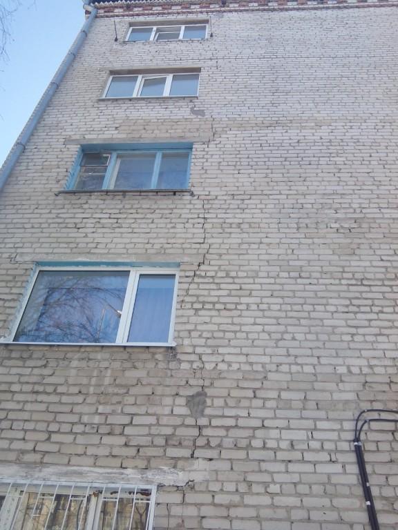 На Харьковской, 60 трещину уже пробовали замазать - не исчезает... Тут косметикой не отделаешься...