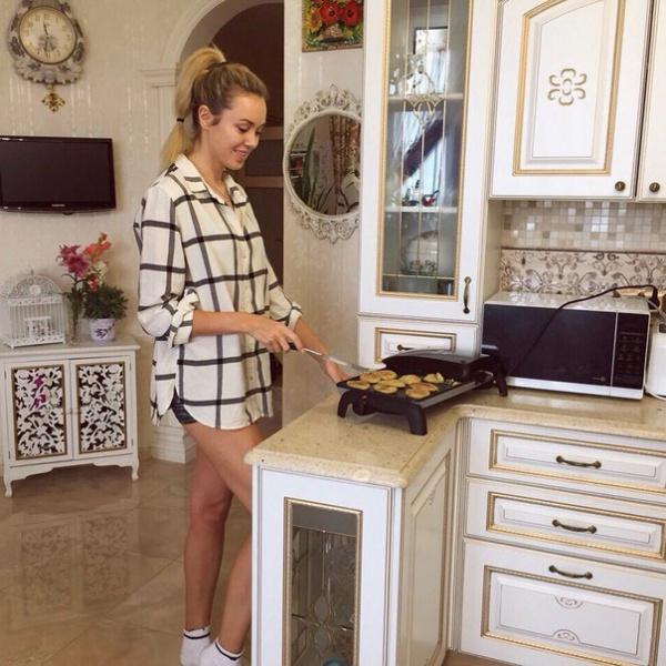 А тут наша землячка делает кабачковые оладьи по маминому рецепту... Рецептом, кстати, делится в соцсетях. Можете приготовить