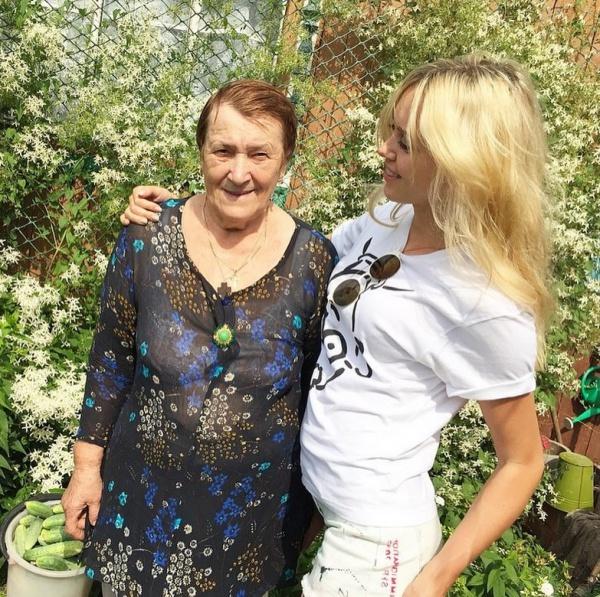 А это - Мисс мира-2008 с бабушкой.