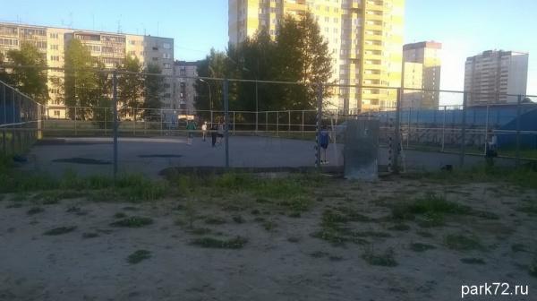 Дети играют даже на таких ободранных стадионах