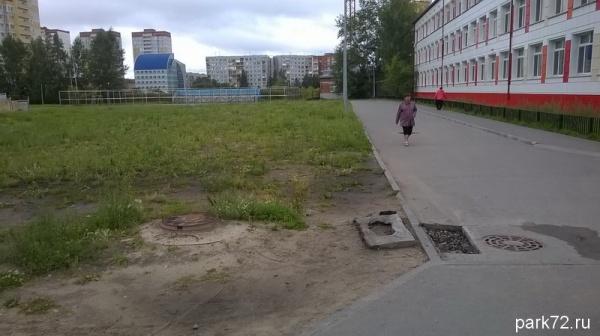 Дорога к реконструированной школы выгядит не очень опрятно