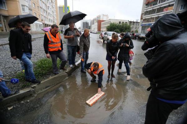 Екатеринбург топит после дождя так, что весь город стоит в пробках... Активисты оказались в городе именно в дождь... И были в шоке