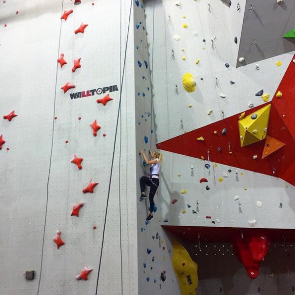 Спортивные рекорды. Ксения Сухинова на скалодроме. легкоатлетический манеж. Тюмень