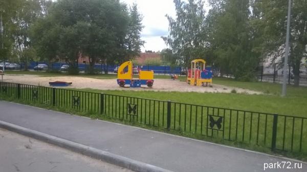 Стадионы разгромленные, зато с обратной стороны школы есть симпатичная школьная площадка... Для малышей