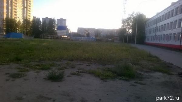 Территория спортзоны школы необустроено