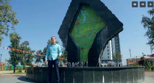 Часть композиции Денис исполняет у фонтана, символизирующего единство севера и юга Тюменской области