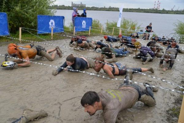 Чтобы проползти под колючей проволокой, приходилось нырять в грязь
