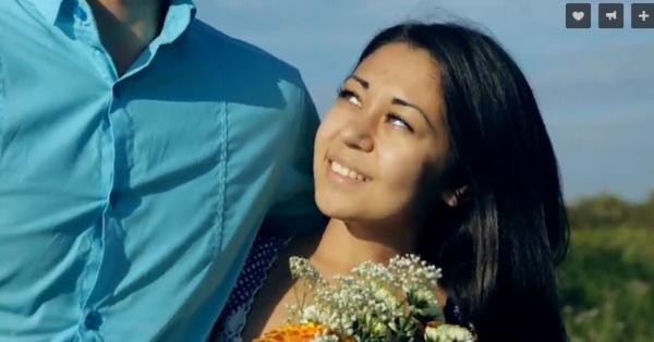 Эта девушка символизирует в клипе Тюменскую область... Он ей в любви признается