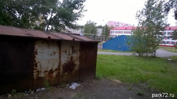 Этот гараж стоит на территории школы...