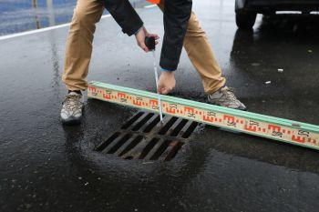 не ускользнул от внимания активистов ,,утопленный,, в асфальте люк ливневки (Ханты-Мансийск)