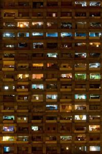 трущебный дом-небоскреб в Каракасе. Вечерний вид