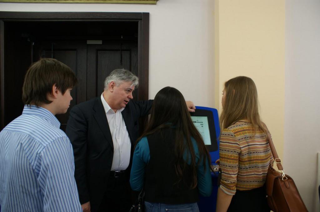 Директор областного департамента занятости Сергей Кабанов рассказывает об информационных терминалах_1