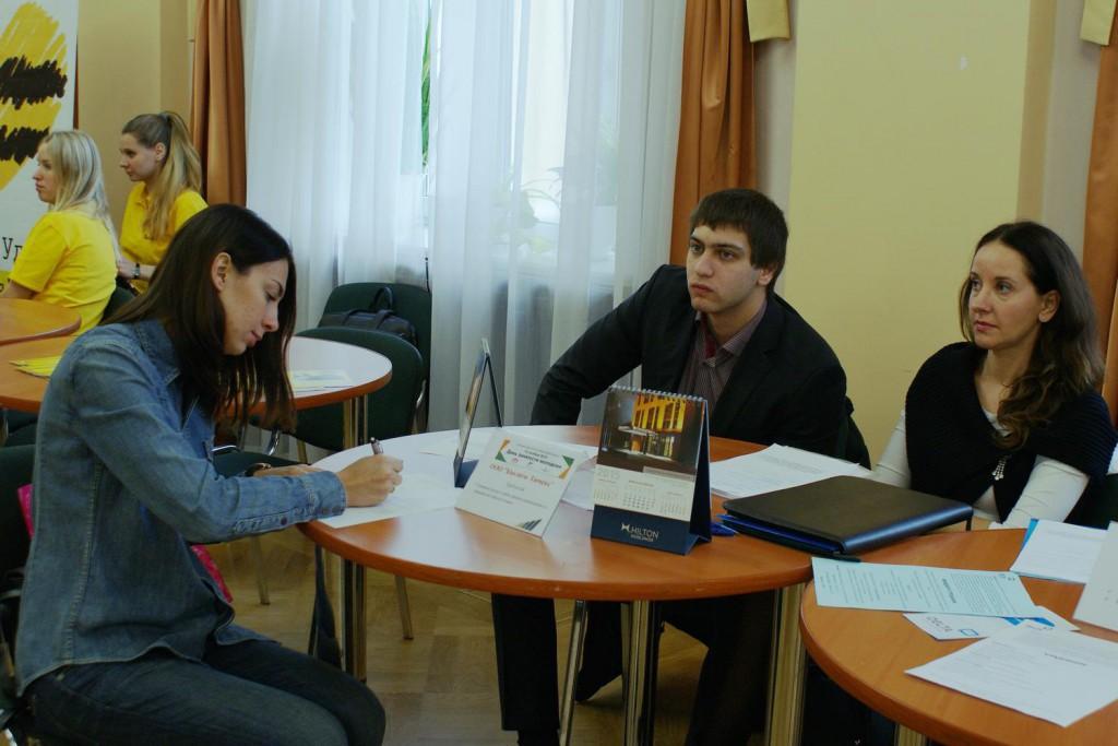 Молодые соискатели заполняли анкеты в интересующих компаниях_1