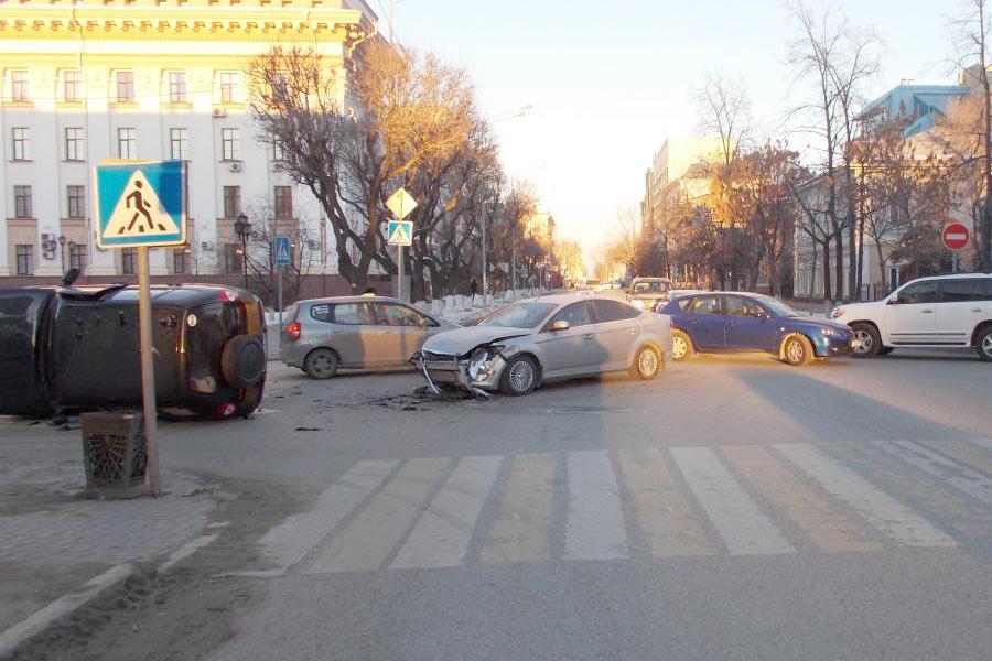 37-летняя водитель «Нивы» нарушила очередность проезда на перекрестке улиц Хохрякова и 8-е марта и столкнулась с «Форд Мондео», от удара «Нива» опрокинулась