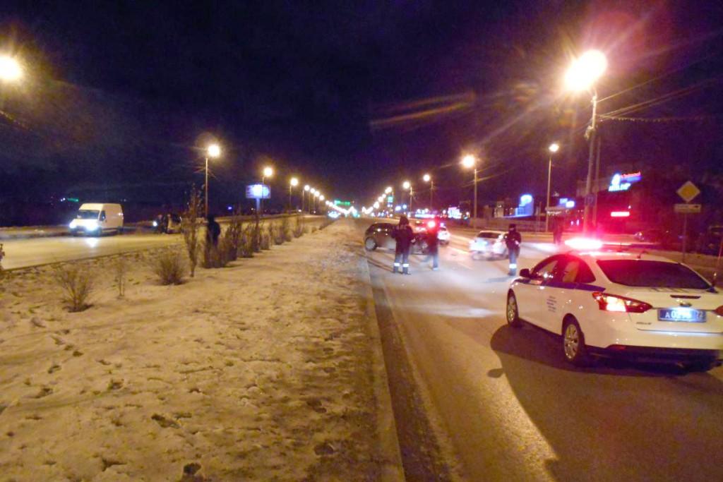 «Инфинити» столкнулся с «КИА» так, что «КИА» отбросило на бордюр. ДТП произошло около 11-и часов вечера на ул.Алебашевской