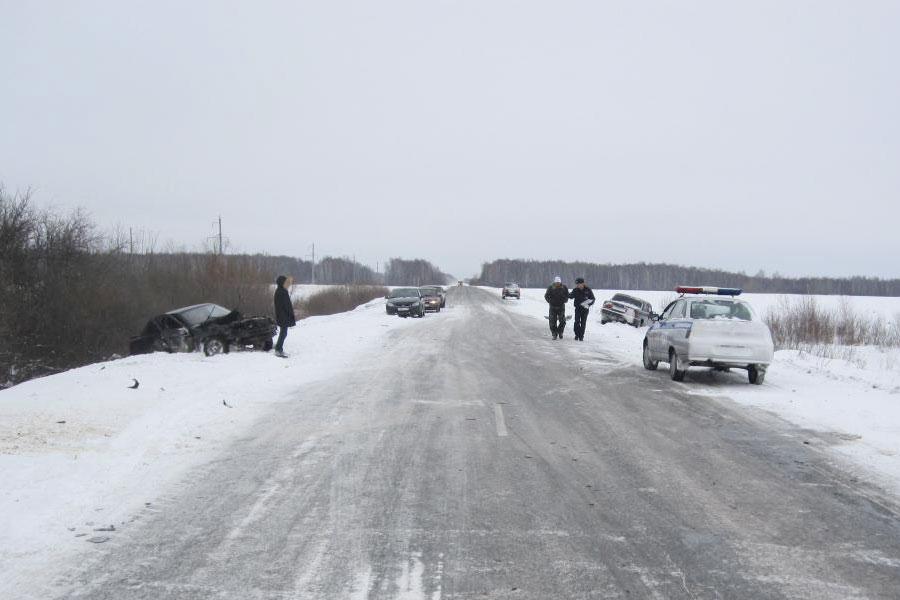 Утром «Лада», «Рено Логан» и «Волга» столкнулись на 25-м километре автодороги Ишим-Викулово. Предварительно, водитель «Лады» совершал опасный обгон в нарушение правил дорожной безопасности.