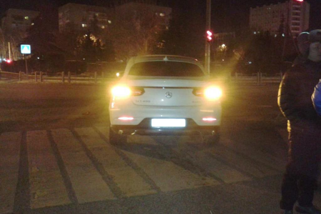 Водитель автомобиля «Мерседес Бенц» сбил двух пешеходов на пешеходном переходе на ул.М.Тореза в десятом часу вечера
