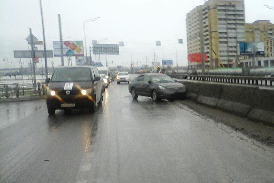 Из-за нарушения правил перестроения в Тюмени на ул. Мельникайте столкнулись «Ниссан» и «Хонда». Автомобиль виновника ДТП «Ниссан» отбросило на ограждение