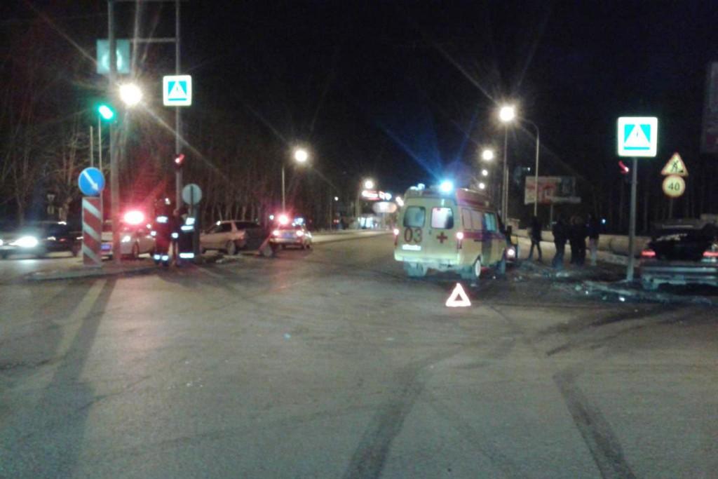 4 человека пострадали в столкновении автомобилей «Мицубиси Лансер» и «БМВ 520», произошедшем в первом часу ночи в субботу на Московском тракте