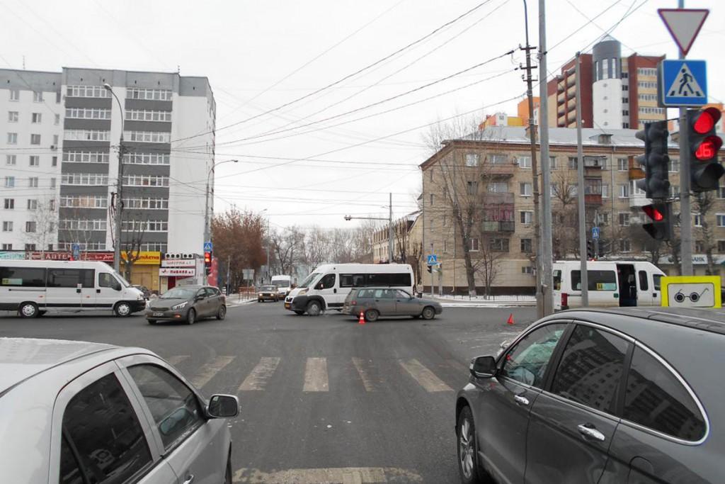 4 человека получили травмы в ДТП, которое произошло вчера в 9 часов утра на пересечении Червишевского тракта и ул.Пархоменко
