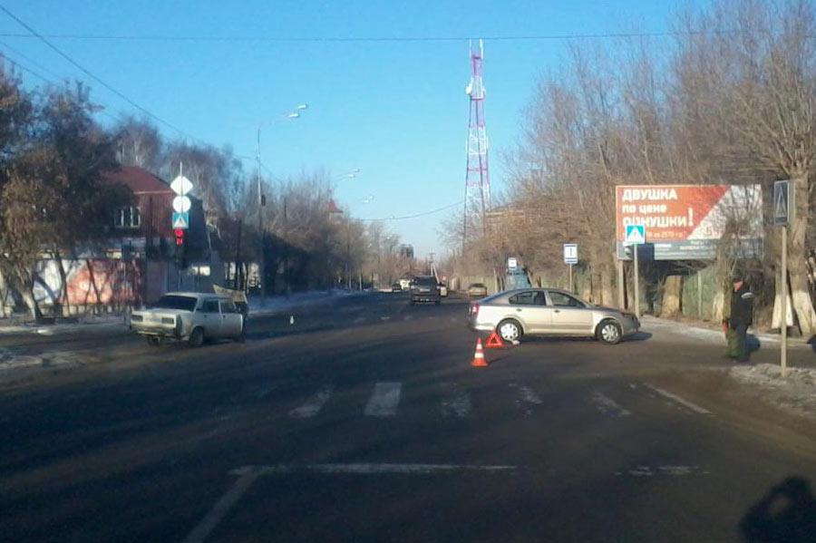 На улице Полевой водитель автомобиля «Шкода», выезжая с территории автозаправочной станции, не предоставил преимущество автомобилю  ВАЗ 2107, который двигался по главной дороге