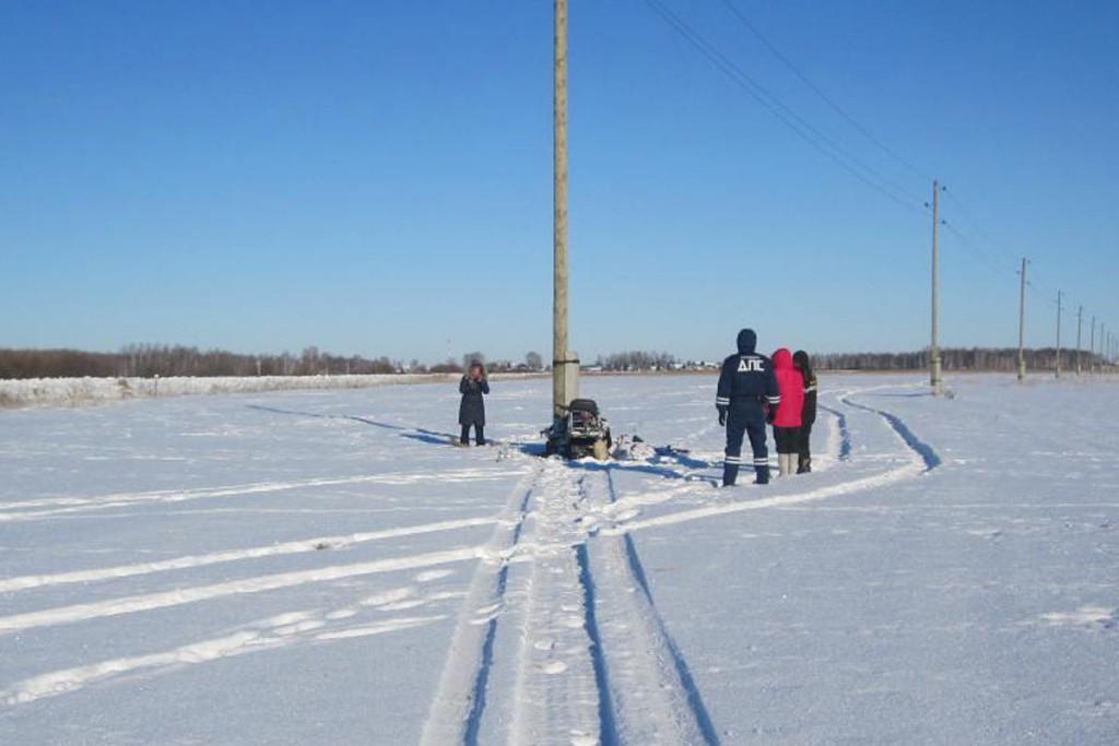 Около полуночи в Ишимском районе, в поле в опору линии электропередачи въехал снегоход «Рысь». Водитель в коме, пассажир скончался на месте происшествия