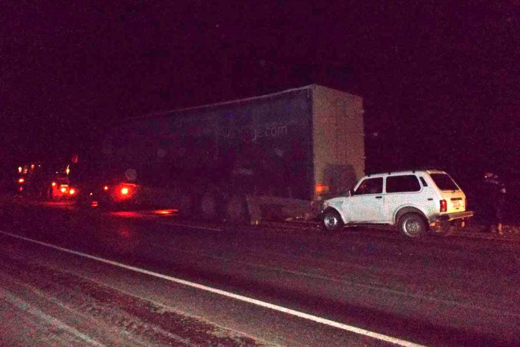 На 60-м километре автодороги Тюмень-Ханты-Мансийск около семи часов вечера пенсионер на «Ниве»  не заметил знак аварийной остановки и габаритные огни и в стоящую на проезжей части фуру «МАН» с полуприцепом