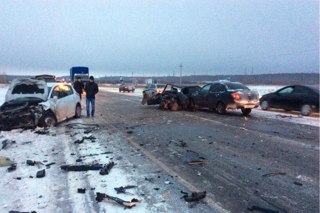 20-летний водитель 14-й «Лады» со стажем за рулем два года отвлекся на автомагнитолу, выехал на встречную полосу, в результате чего произошло столкновение четырех автомобилей