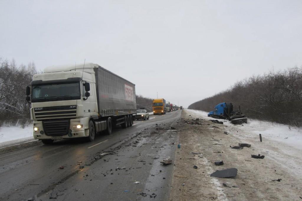 Два седельных тягача, «ДАФ» и «Фрейтлайнер», столкнулись в 9 часов утра на 311-м километре трассы Тюмень – Омск.