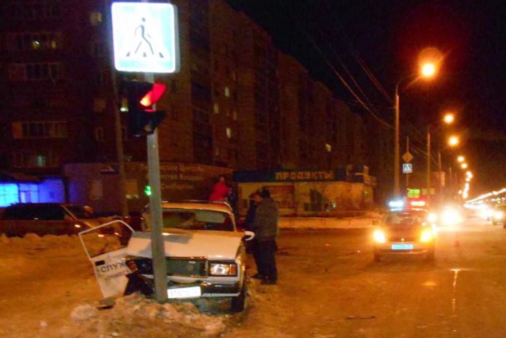 «Жигули» и «Мазда» не поделили перекресток улиц Широтной и Моторостроителей