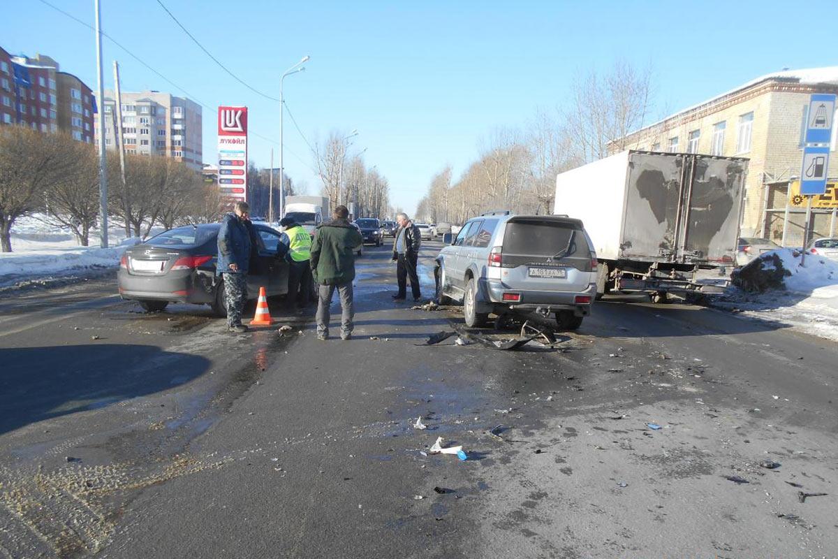 Около часа дня на улице 30 лет Победы, 28 столкнулись автомобили «Хендэ», «Мазда» и «Мицубиси»