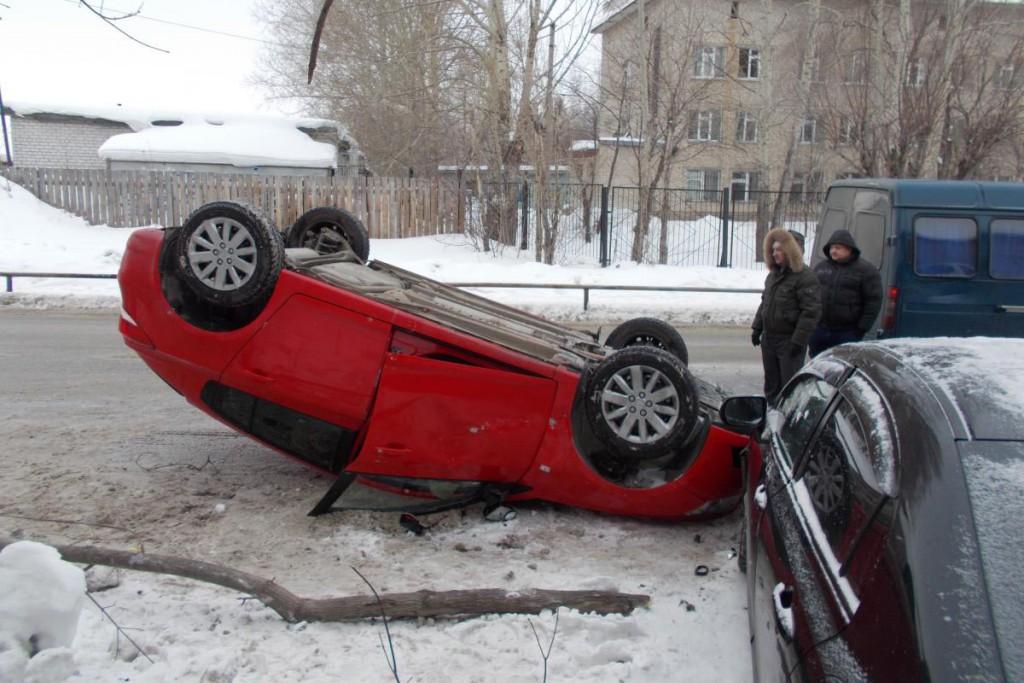 В Тюмени на ул. Горпищекомбинатовской водитель «Газели», выезжая с прилегающей территории, создал помеху автомобилю «Шевроле», в результате «Шевроле» опрокинулся