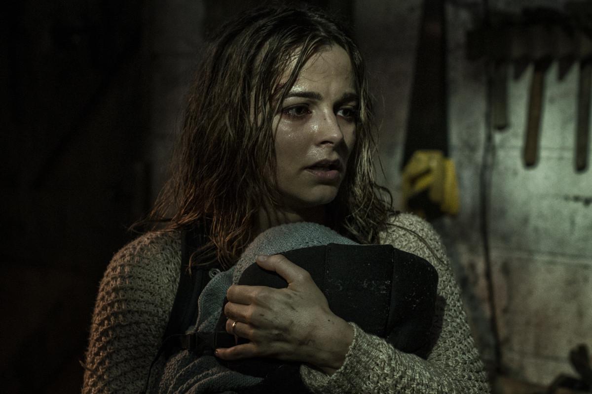 Жена Адама – Клэр Хитченс в исполнении Бояны Новакович. Кадр из фильма «Из тьмы»