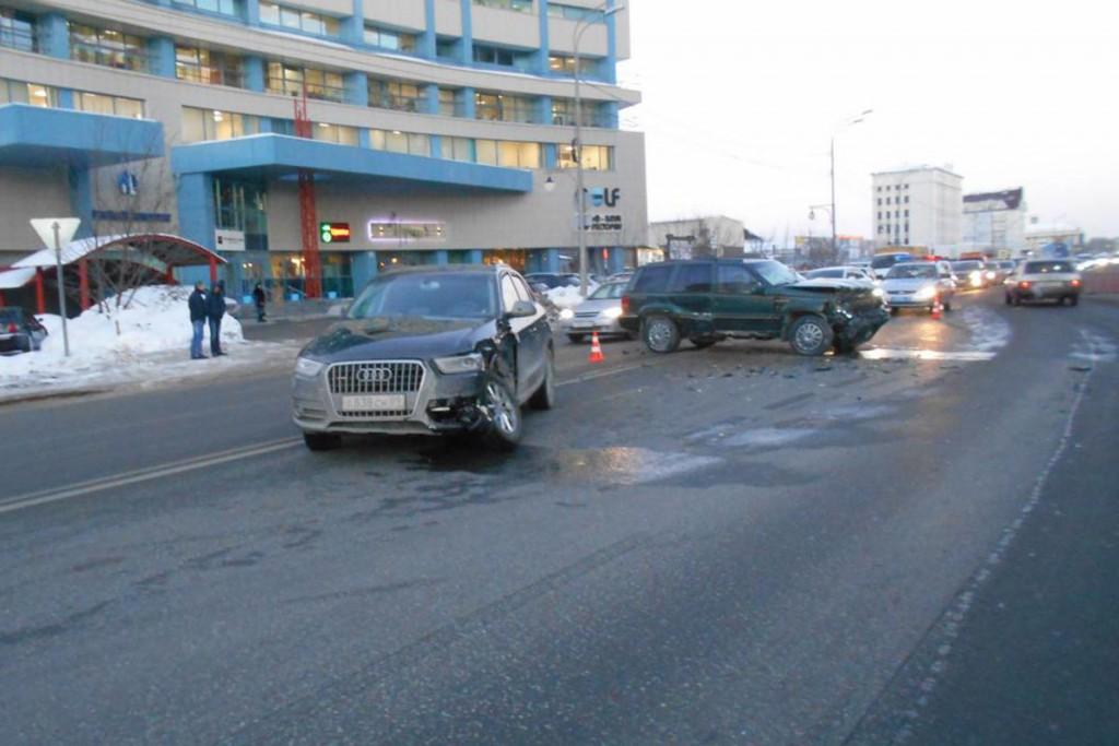 «Ауди» и «Джип Гранд Чероки» столкнулись в пятом часу вечера на ул.Харьковской