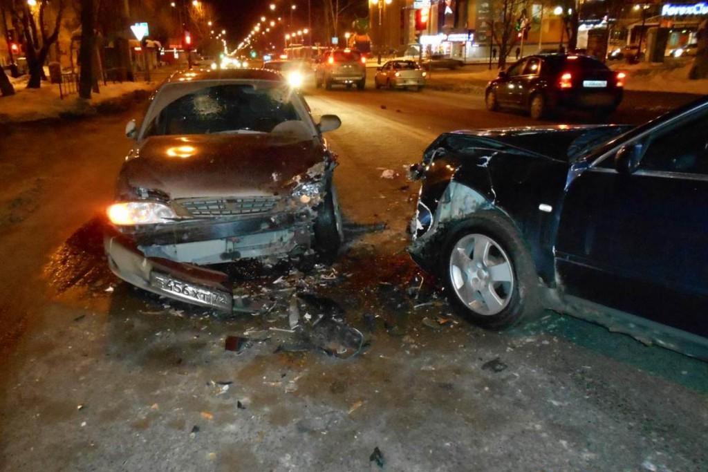 В начале одиннадцатого часа вечера в субботу на улице Холодильной, 122 областного центра столкнулись автомобили «Ауди А6» и «Киа Спектра».