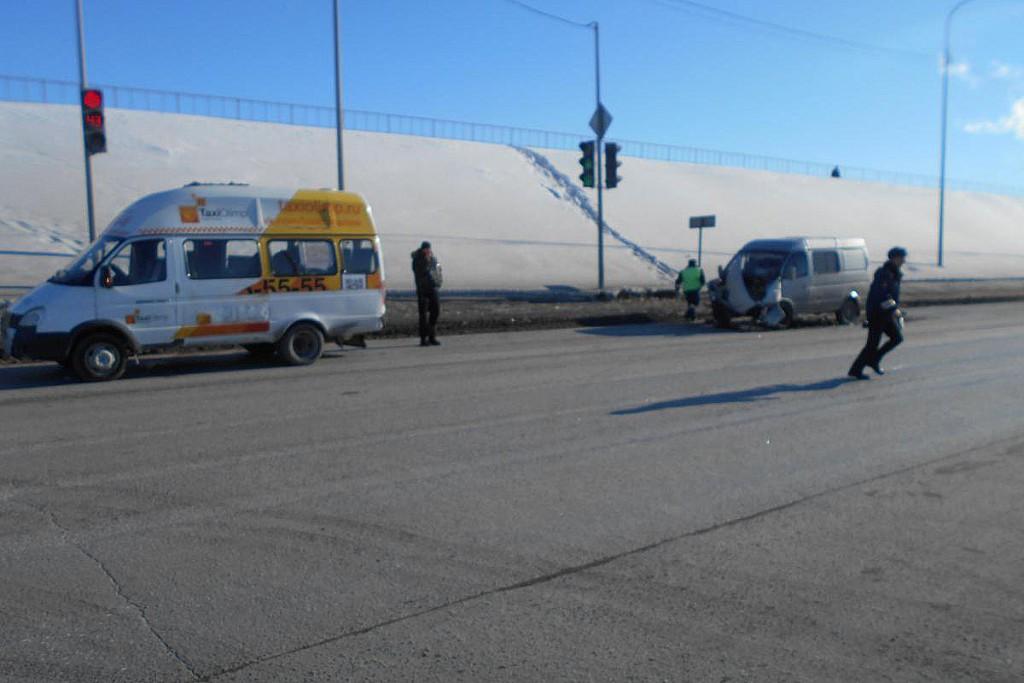 Автомобиль «Соболь» въехал в заднюю часть стоящего маршрутного такси №5 «Луидор» на ул.Мельникайте, 10, в районе совмещенного моста