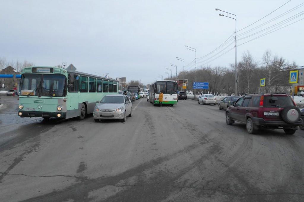 8 февраля на ул.Щербакова в Тюмени столкнулись «Хундай» и автобус «ЛИАЗ»