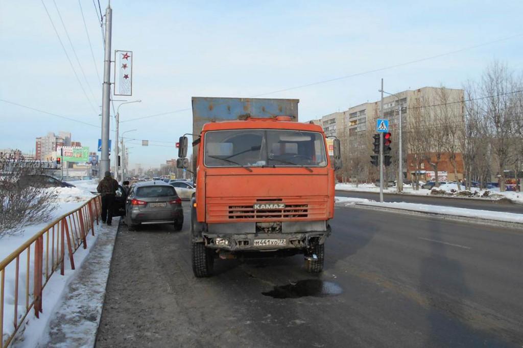 Около половины одиннадцатого часа утра в воскресенье на улице Широтной, 113 областного центра  столкнулись автомобили «Мицубиси» и «КАМАЗ»