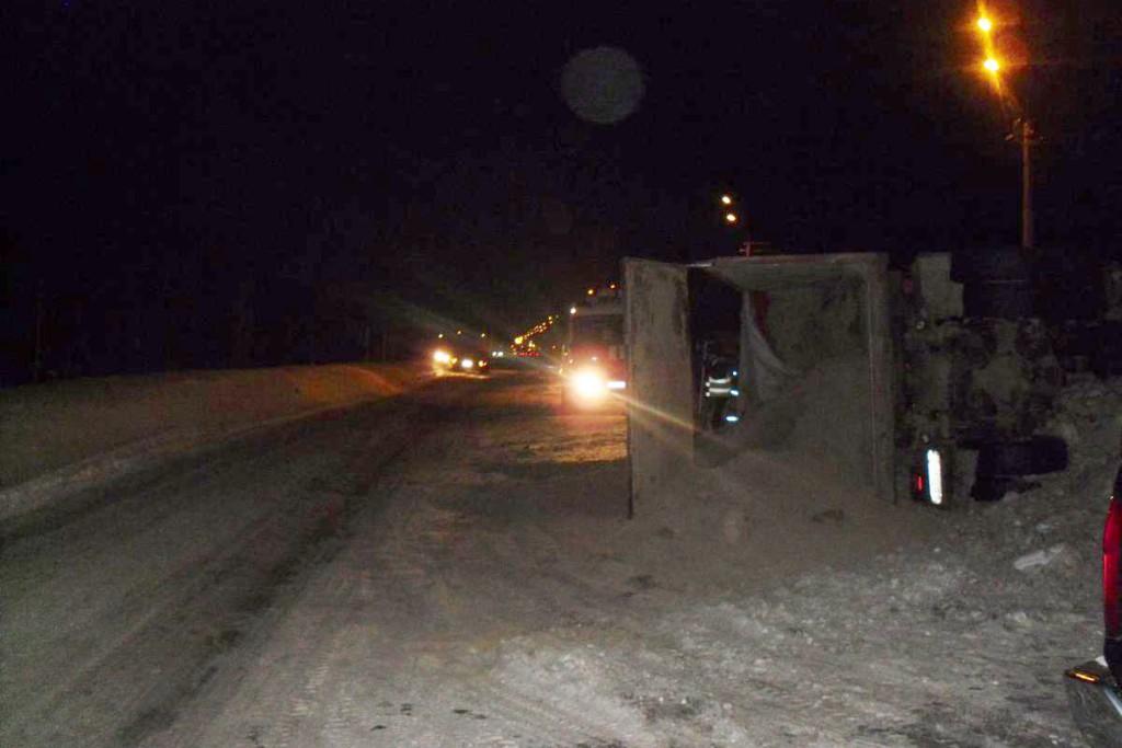В Тобольске на проспекте Дзираева опрокинулся самосвал «Вольво» с песком