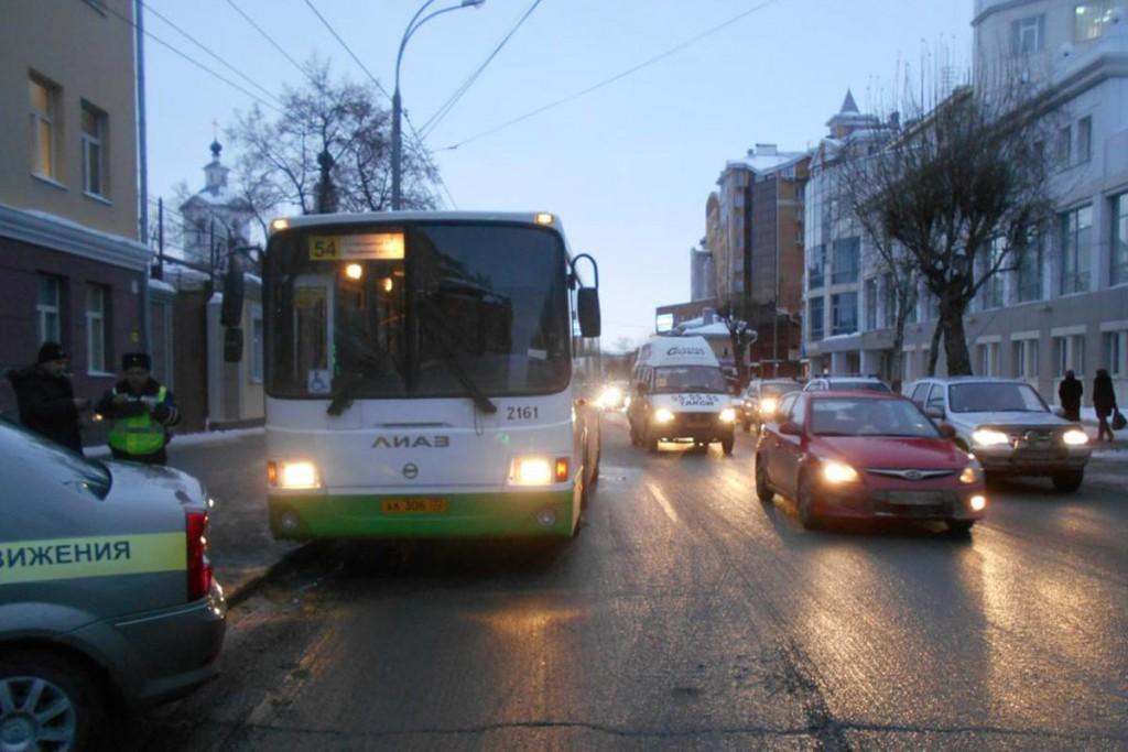 В Тюмени в автобусе на ул.Ленина упала 62-летняя пассажирка