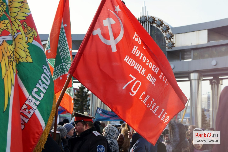 Знамя Победы штурмовой флаг 150-й-ордена Кутузова II-степени Идрицкой стрелковой дивизии на улицах Тюмени