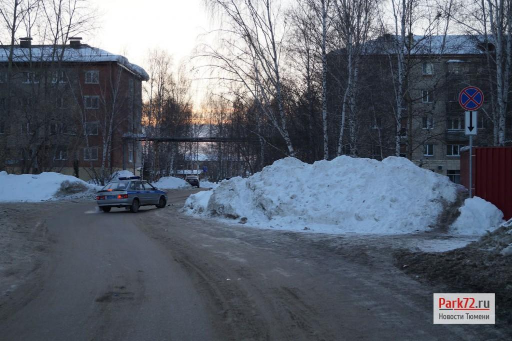 Куча снега расположена прфямо у ворот городского суда. Водители не видят выбегающих детей_result