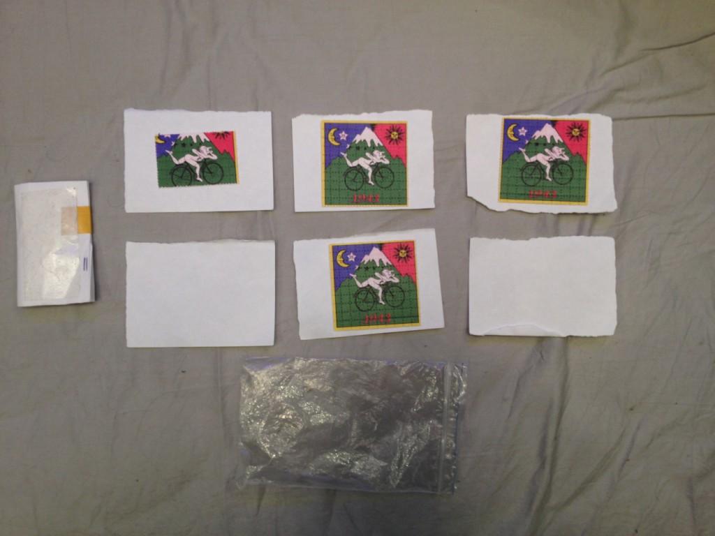 Листы из плотной перфорированной бумаги, пропитанные веществом розового цвета с обратной стороны, и бумажный сверток