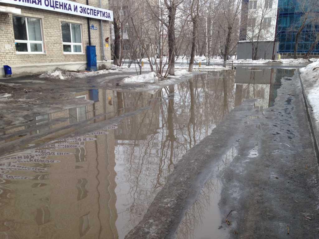 На территории жилого дома 71 по ул. 50 лет ВЛКСМ постоянно подтапливает часть межквартального проезда и прилегающие к нему тротуары