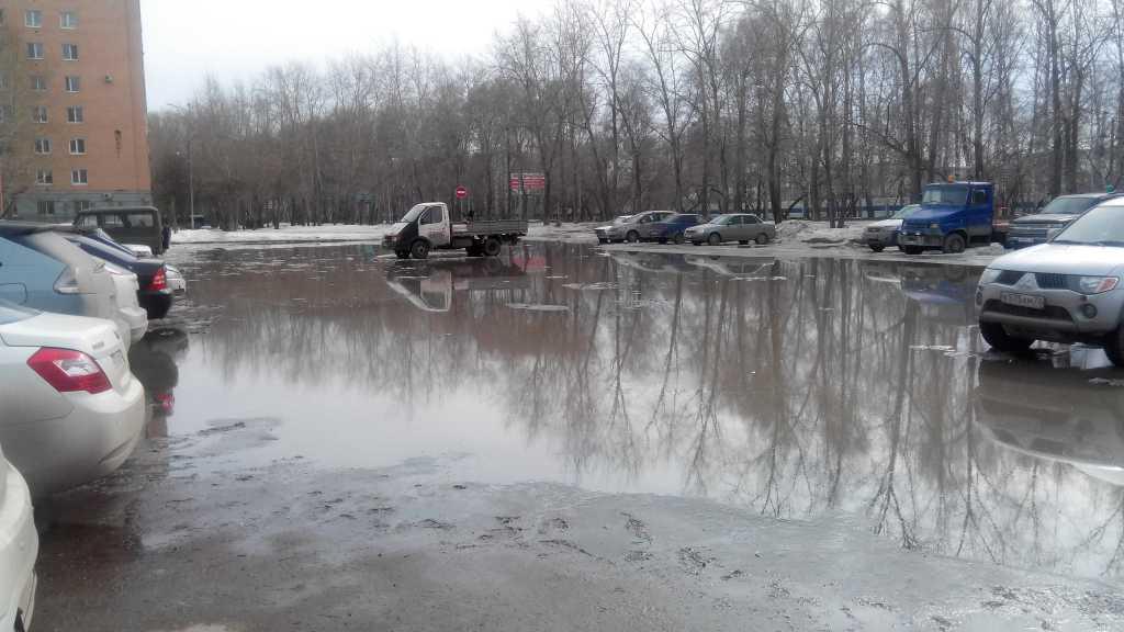 50 лет ВЛКСМ, 91 - эта лужа - местная достопримечательность. Она образуется весной и красуется чуть ли не следующей зимы....