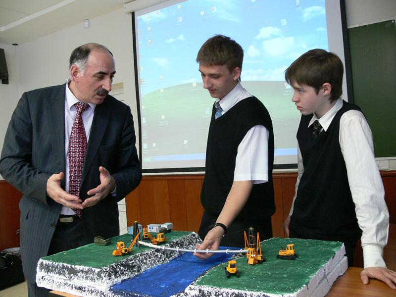 Профессор ТюмГНГУ Шахбуба Мерданов с участниками конкурса