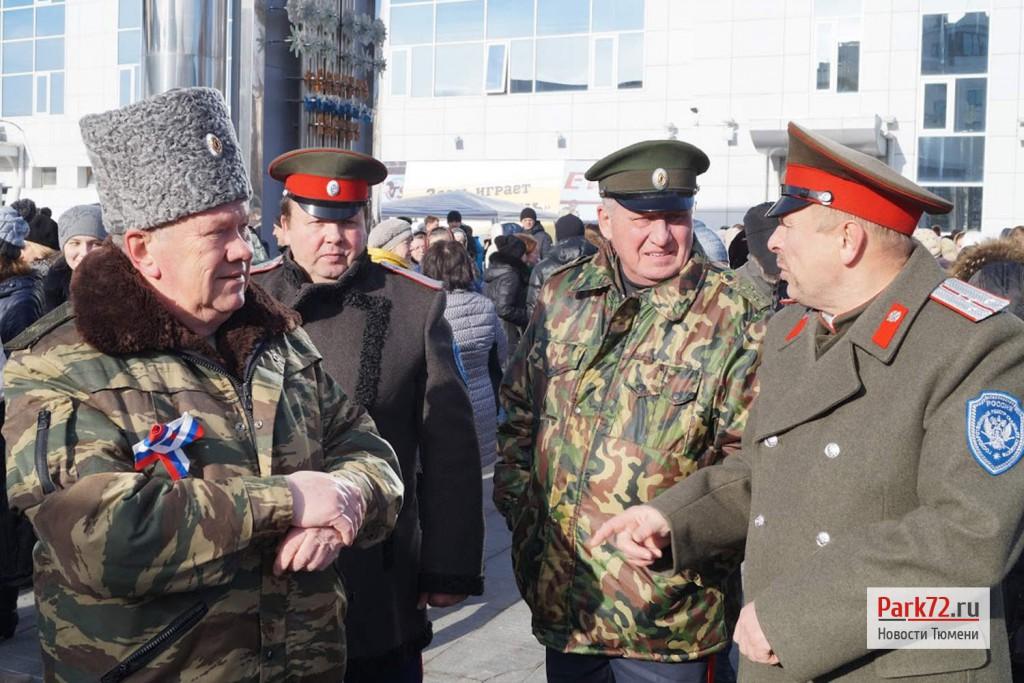 Тюменские казаки тоже очень любят форму и погоны. Слева на право - казачий полковник (а не генерал-майор), есаул, войсковой старшина и подъесаул